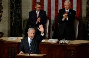 نخست وزیر اسرائیل، نتانیاهو اذعان کف زدن در پایان سخنان خود به جلسه مشترک کنگره در کاپیتول هیل در واشنگتن