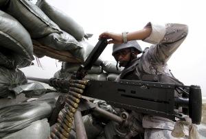 یک سرباز عربستان بارهای مهمات در موقعیت خود را در مرز عربستان سعودی با یمن