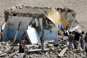 مردم در خرابه خانه تخریب شده توسط حمله هوایی در روستای طعمه رجال در غرب پایتخت یمن صنعا جمع آوری